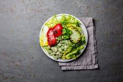 Вегетарианский салат фасолей салата с зажаренными авокадоом и болгарским перцем Взгляд сверху стоковое фото