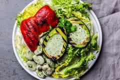 Вегетарианский салат фасолей салата с зажаренными авокадоом и болгарским перцем Взгляд сверху стоковое фото rf