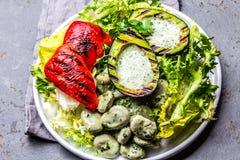 Вегетарианский салат фасолей салата с зажаренными авокадоом и болгарским перцем Взгляд сверху стоковая фотография