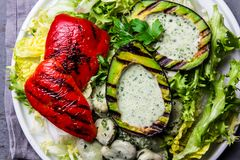 Вегетарианский салат фасолей салата с зажаренными авокадоом и болгарским перцем Взгляд сверху стоковые фото