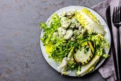 Вегетарианский салат фасолей салата с зажаренным соусом авокадоа и травы Взгляд сверху стоковое изображение rf