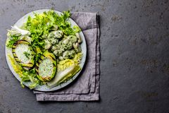 Вегетарианский салат фасолей салата с зажаренным соусом авокадоа и травы Взгляд сверху стоковые изображения rf