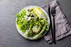 Вегетарианский салат фасолей салата с зажаренным соусом авокадоа и травы Взгляд сверху стоковое фото