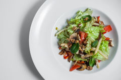 Вегетарианский салат при isloated грецкие орехи; Стоковые Изображения RF