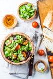 Вегетарианский салат с салатом и томатами в прованском деревянном шаре стоковые фотографии rf