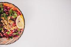 Вегетарианский салат с фиолетовой капустой морковь Положение плоское Стоковое Фото