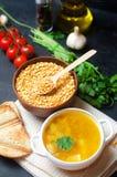 Вегетарианский суп гороха с картошками и зелеными цветами стручковая еда здоровая предпосылка бетона черноты завтрака Селективный стоковое изображение
