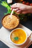 Вегетарианский суп гороха с картошками и зелеными цветами стручковая еда здоровая предпосылка бетона черноты завтрака Селективный стоковое фото rf