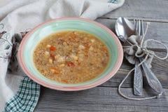 Вегетарианский суп с квиноа, красным цветом риса, желтыми чечевицами, мозолью, подбадривающим Стоковое Фото