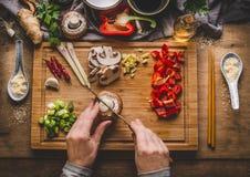 Вегетарианский фрай stir варя подготовку Женщины женские руки режут овощи для фрая stir на предпосылке кухонного стола с ingredie стоковое изображение rf