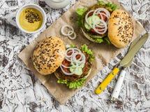 2 вегетарианских бургера цукини на светлой каменной предпосылке еда здоровая Стоковые Изображения RF