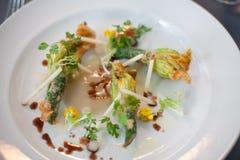 Вегетарианское блюдо зажаренных цветков цукини Стоковые Изображения RF