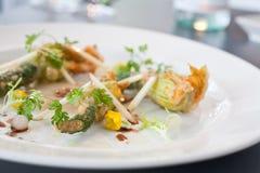 Вегетарианское блюдо зажаренных цветков цукини Стоковое Изображение RF