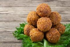 Вегетарианское блюдо - шарики falafel от spiced нутов стоковое изображение rf