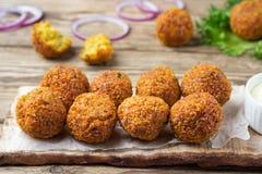 Вегетарианское блюдо - шарики falafel от spiced нутов стоковая фотография rf