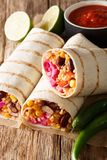 Вегетарианское буррито заполненное с рисом и овощами служило с стоковая фотография rf