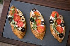 Вегетарианское вкусное свежее bruschetta с овощами стоковое изображение
