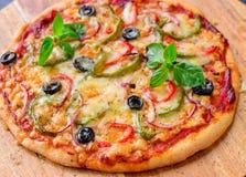 Вегетарианское деревянное увольняло пицца на деревянной доске стоковое фото