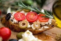 Вегетарианское bruschetta с томатами, сыр моццареллы, оливки a стоковые изображения