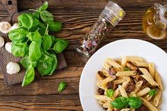 Вегетарианское Vegetable penne макаронных изделий с грибами в белом шаре на деревянном столе Стоковые Изображения RF