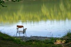 Веденный удить, возможно, предводительствует налево краем озера Лето Предпосылка, никто там в месте берега озера стоковые изображения rf