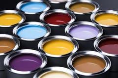 Ведра вполне покрашенной радугой краски масла Стоковые Фото