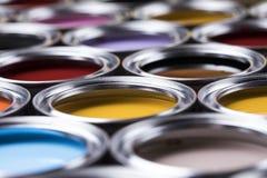Ведра вполне покрашенной радугой краски масла Стоковая Фотография