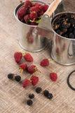 Ведра металла с свежими ягодами Стоковые Фото