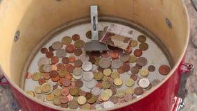 Ведро большого круга деревянное с монетками сток-видео