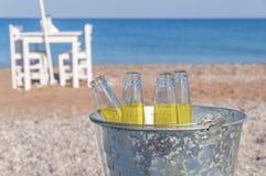 Ведро с бутылкой 4 питья освежения на песчаном пляже Стоковые Изображения RF