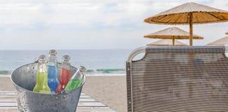 Ведро с бутылкой 4 питья освежения на песчаном пляже Стоковая Фотография RF