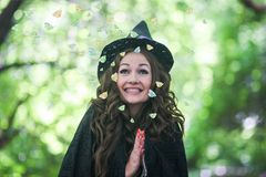 Ведьма ведьмы милая привлекательностей стоковая фотография rf