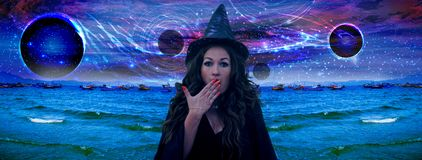 Ведьма заколдовала космос стоковые фото