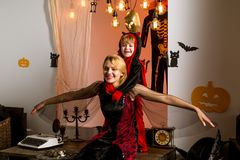 Ведьма матери и маленький ghoul Игра хеллоуина Концепция праздника хеллоуина - мать и сын Украшение хеллоуина и стоковые фотографии rf
