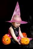 Ведьма младенца Halloween с высеканной тыквой стоковые изображения rf