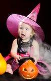 Ведьма младенца Halloween с высеканной тыквой стоковые изображения