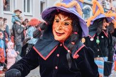 Ведьма с большими бегами шляпы восторженно стоковая фотография