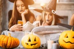 Ведьмы используют телефон и автошину на партии хеллоуина стоковое изображение rf
