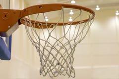 Ведя счет корзина в баскетбольной площадке стоковые изображения