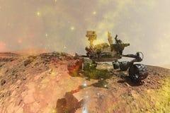 Вездеход Марса любопытства исследуя поверхностную планету Марса стоковое изображение