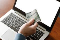 Везение выигрыша компьтер-книжки пари денег онлайн казино играя в азартные игры стоковые изображения