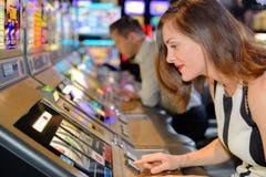 Везение женщины пробуя в казино Стоковые Изображения RF