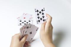 везение игры карточки 4 туза Женщина делает движение - удары более малая карточка большого На белой предпосылке стоковые фото