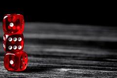 Везение концепции - кость играя в азартные игры на темной деревянной предпосылке стоковые изображения