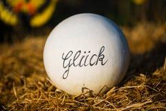 Везение написанное на шарике глины, зеленой предпосылке, луге, полях стоковая фотография rf