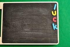 Везение слова на черной доске на день Patricks Святого стоковые изображения