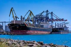 ВЕЗЕНИЕ ХИОСА и LOUISA BOLTEN - судно-сухогрузы - порт Burgas, Болгарии стоковая фотография rf