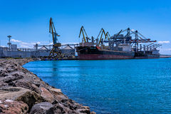 ВЕЗЕНИЕ ХИОСА и LOUISA BOLTEN - судно-сухогрузы - порт Burgas, Болгарии стоковые фото