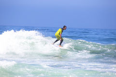 ВЕЙЛ FIGUEIRAS - 20-ОЕ АВГУСТА: Профессиональный серфер занимаясь серфингом волна Стоковое Изображение RF