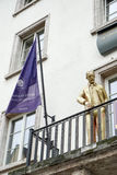 ВЕЙМАР, GERMANY/EUROPE - 14-ОЕ СЕНТЯБРЯ: Золотая статуя Генри v стоковое фото
